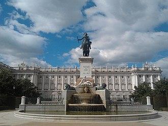 Plaza de Oriente - Image: Estatua de Felipe IV y Palacio Real 25 02 2013
