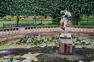 English: Fountain in formal garden at Buscot P...