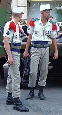 To legionærer efter en militærparade