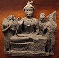 Gandhara, bodhisattva nella posizione del loto e gesto della rassicurazione tra veneratori.JPG