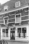 foto van Pand, onder een zadeldak met de nrs. 5, 7, 9, 11 en 15. Geprofileerde puibalk, metselwerk met natuurstenen banden en geprofileerde natuurstenen waterlijst, geprofileerde ontlastingsbogen boven de verdiepingsvensters en twee ruitvormige gevelsteentjes