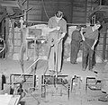 Glasblazen in de Glasfabriek Leerdam, Bestanddeelnr 254-4021.jpg
