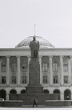 פסל סטלין מול עיריית גורי