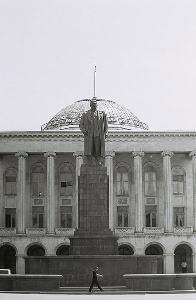 File: Gori Rathaus Στάλιν Denkmal.jpg
