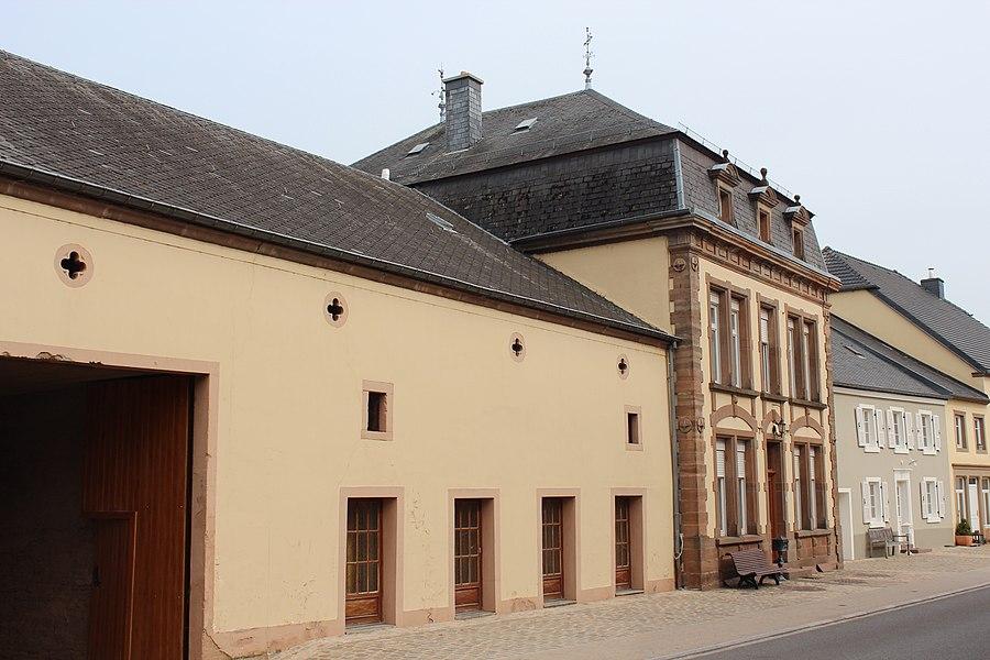 Haus op Nummer 8 an der Mierscher Strooss zu Groussbus; zënter dem 3 .September 2009 op d'Lëscht vum Zousaz-Inventaire vun den nationale Monumenter agedroen.