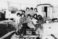 Gruppo di bambini rom sull' automobile 1970.png