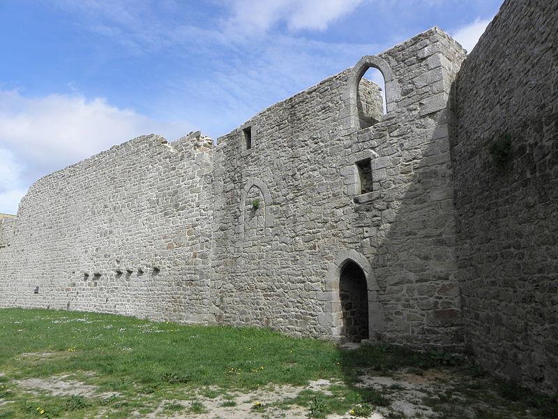 Château de Guémené-sur-Scorff (56). Grand-Rempart, Tour du Grand-Rempart et Jeu de Paumes. Vue intérieure.