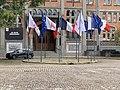 """Hôtel de ville de Lille - drapeaux et affiche """"Je suis enseignant"""" (Samuel Paty).jpg"""