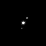 (136108) Hauméa et ses satellites photographiés en 2015 par Hubble, Hiʻiaka en haut à droite et Namaka en bas à gauche.