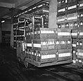 Heftruk met een pallet vol met kratten gevuld met flessen melk, Bestanddeelnr 252-9076.jpg