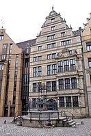 Holzmarktbrunnen vor Leibnizhaus.jpg