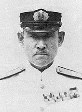 Portrait d'un homme d'origine asiatique portant une moustache en costume d'amiral