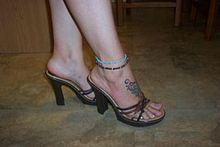 Fusskette und High Heels