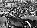 Józef Piłsudski w samochodzie (22-561).jpg