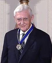 homem mais velho vestindo uma medalha