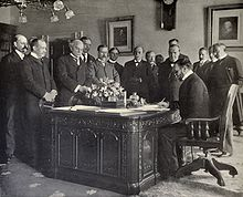 John Hay signs Treaty of Paris, 1899.JPG