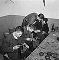 Jongens bezig met het herstellen van schoenen, Bestanddeelnr 900-9835.jpg