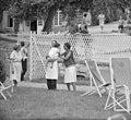 Josephine Baker in Kasteel Les Milandes Jari met verplegers, Bestanddeelnr 912-6520.jpg