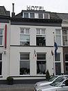 foto van Pand met eenvoudige lijstgevel en dakkapel (Hotel Dijk)