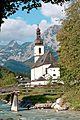 Kath. Pfarrkirche St. Sebastian zu Ramsau mit Brrücke.jpg