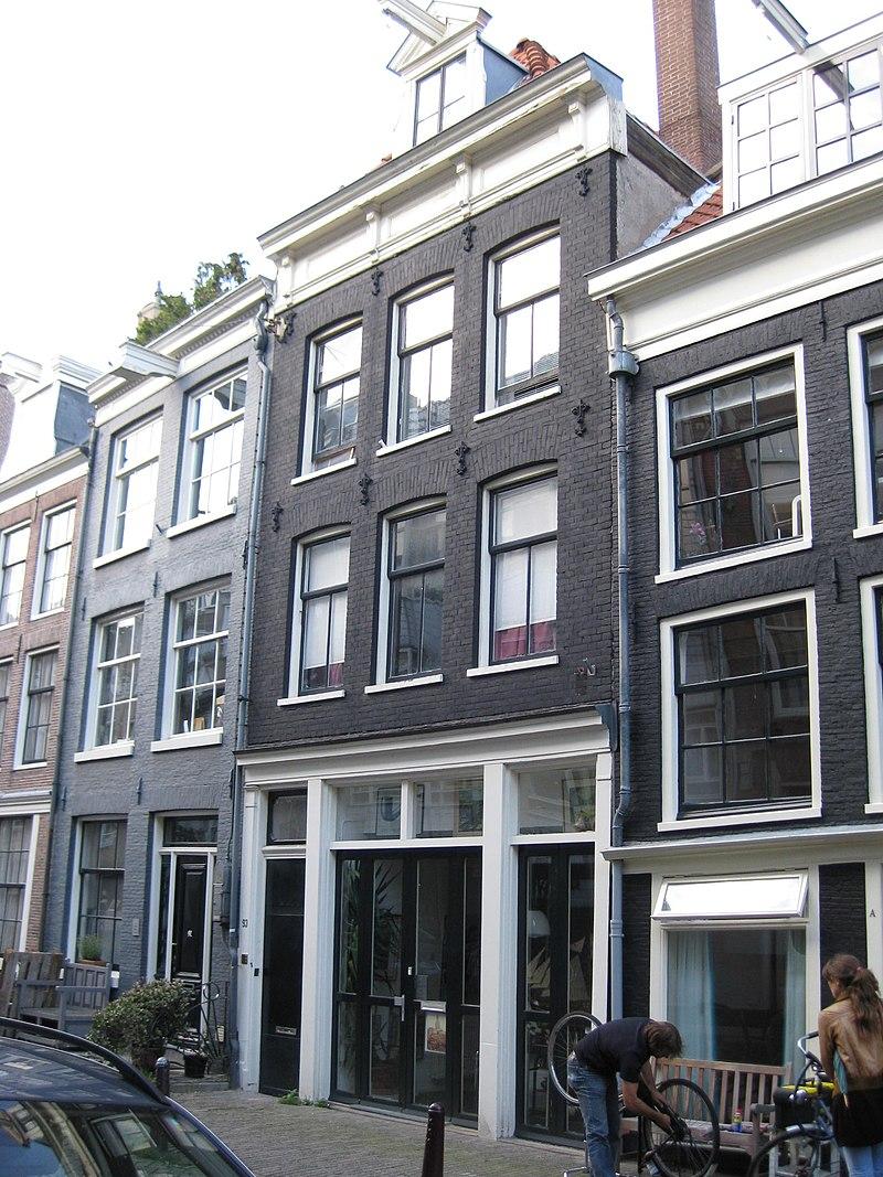 Huis onder schilddak en voorzien van een gevel onder rechte lijst met consoles in amsterdam - Oude huis gevel ...