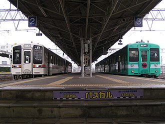 Kisei Main Line - JR Central (left) and JR West (right) trains meet at the boundary, Shingū Station