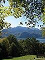 Kochelsee mit Herzogsstand und Heimgarten im Hintergrund.jpg