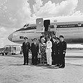Koningin Juliana en prins Bernhard poserend met bemanning van de KLM op vliegvel, Bestanddeelnr 918-2939.jpg