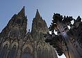Kreuzblume Nachbildung vor Kölner Dom.jpg