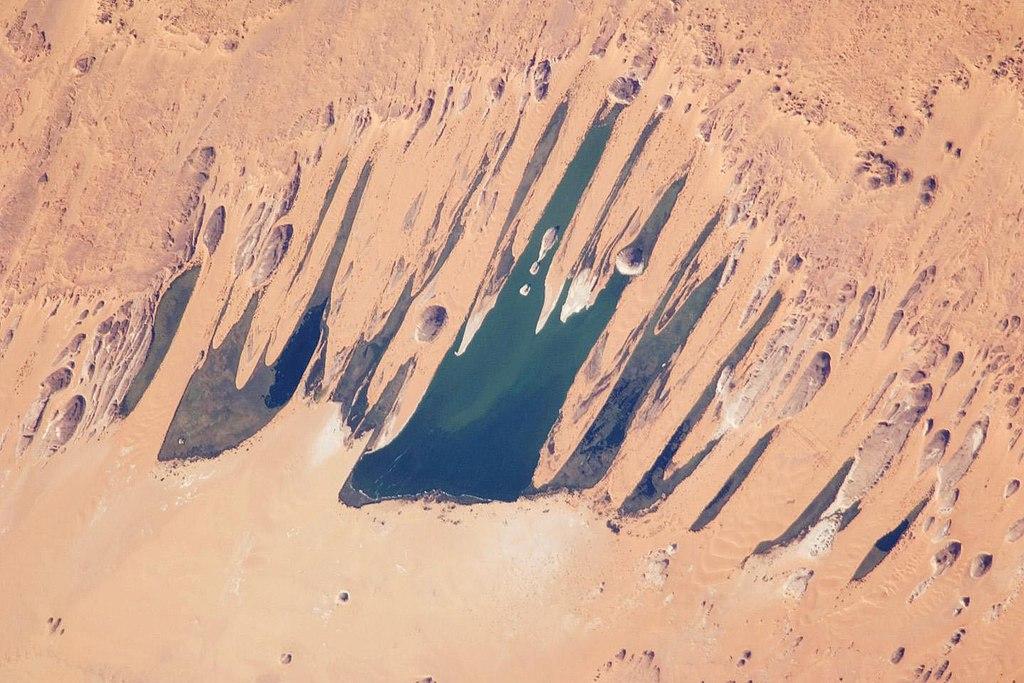 Foto astronot ini menampilkan salah satu dari sepuluh danau air tawar terbesar di Cekungan Ounianga, jantung Gurun Sahara, timur laut Chad.