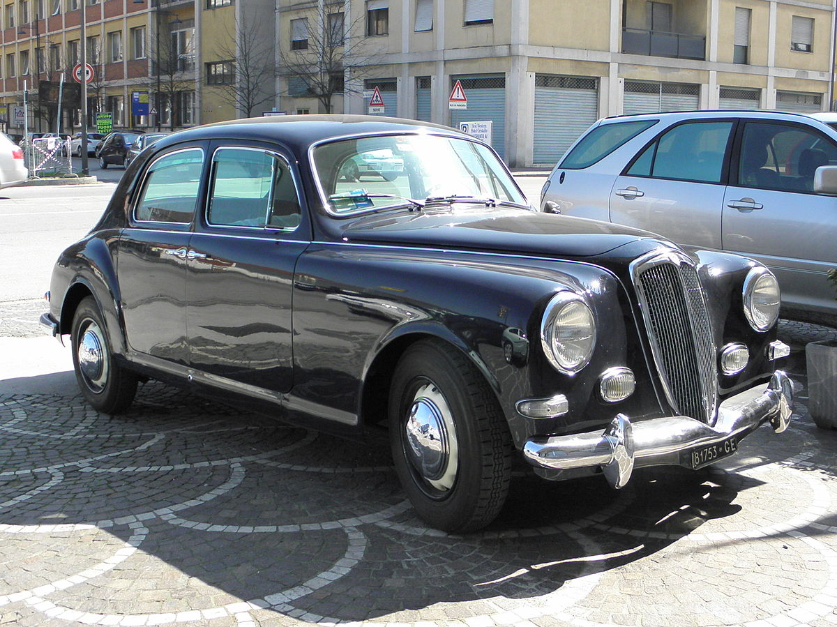 https://upload.wikimedia.org/wikipedia/commons/thumb/2/2b/Lancia_Aurelia_B12_in_Rovigo_%282%29.jpg/1200px-Lancia_Aurelia_B12_in_Rovigo_%282%29.jpg