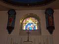 Lannéanou 06 Vitrail et statues derrière le maître-autel.jpg
