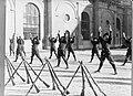 Lichamelijke oefening uitgevoerd door het peloton in exercitie-tenue met op de v, Bestanddeelnr 190-0987.jpg