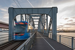 Trem-tram A36 cruzando a Lidingöbron (a ponte de Lidingö) na Lidingöbanan, a linha de trem ligeiro que serve à metade sul da ilha Lidingö em Estocolmo, Suécia. (definição 5140×3431)