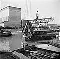 Lossen van schroot in de haven van Bazel-Kleinhüningen met op de achtergrond een, Bestanddeelnr 254-1291.jpg