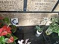 Luciano Pavarotti tomb 2.jpg