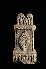 Autel votif décoré décorée d'une feuille lancéolée (Ra 300)
