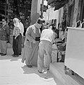 Man met een fez op in gesprek met een handelaar, Bestanddeelnr 255-3237.jpg