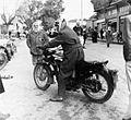 Mannen en motorfietsen - Stichting Nationaal Museum van Wereldculturen - TM-20011798.jpg