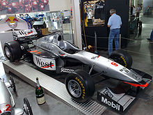 Photo de la McLaren MP4-12 de Häkkinen en exposition