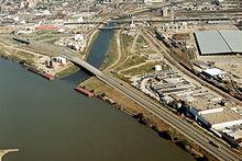 Vista di due fiumi incontrare nel bel mezzo di una zona industriale