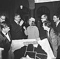 Mrs. Sue McCormack biedt Burgemeester Thomassen van Rotterdam een taart aan in v, Bestanddeelnr 918-8117.jpg