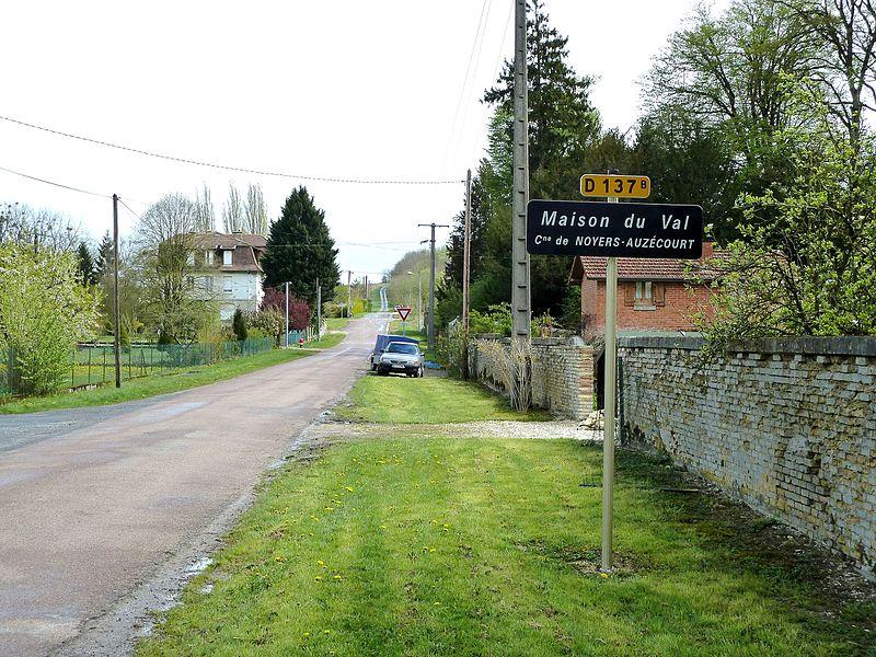 Noyers-Auzécourt 55 Maison du Val rue de la voie romaine et panneau. A droite de la route, entouré d'un mur, le domaine de l'ancienne fromagerie Louis Bailleux.