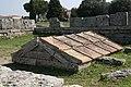Paestum - il santuario monumentale eretto per il fondatore (primo piano).jpg