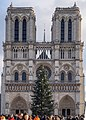 Paris, Notre-Dame, Westfassade mit Christbaum 2014-12.jpg