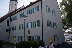 Pfarrhaus Kath. Pfarrkirche Mariae Opferung Eingang mit Wappenstein.jpg