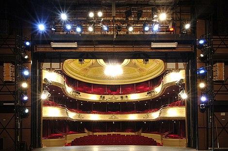 De zaal, gezien vanaf het toneel. Foto Jan Scheerder.