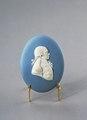 Porslin. Medaljong. Vit figur mot blå bakgrund. 1700-talets slut - Hallwylska museet - 89089.tif