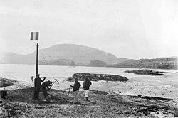 Port-Christmas le 2 janvier 1893 (haut) et Port-Gazelle le 8 janvier 1893 (bas) lors du renouvellement de la prise de possession de l'archipel par l'équipage de l'Eure.