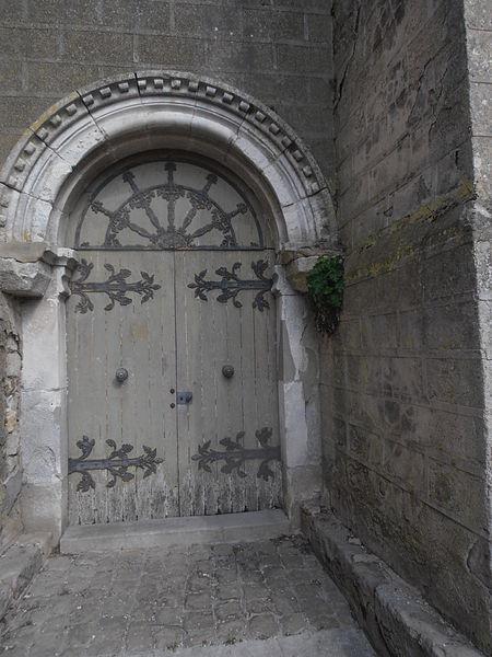 Portail du 13 eme siècle de l'Église de Sépeaux (Yonne) France à Archivoltes sculptées